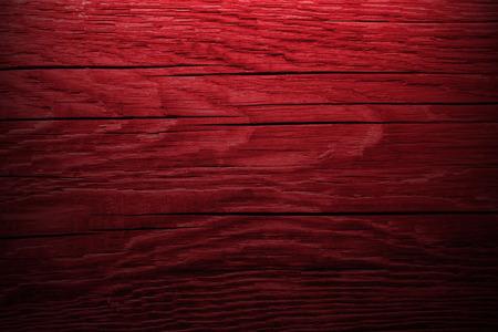 濃い赤の木製の背景。