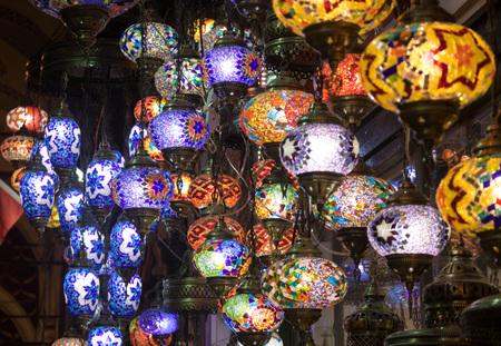 Türkische dekorative Lampen zum Verkauf auf dem Großen Basar in Istanbul, Türkei