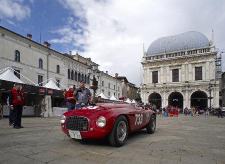 BRESCIA, Italia-, 6 de mayo: un Ferrari 166 MM/1955 de 1950 en la puncing de Mille Miglia, la famosa carrera de coches históricos, puede 6,2010 en Brescia, Italia Foto de archivo - 6901812