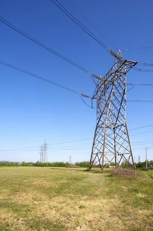 an electricity pylon in a field Imagens - 27671568