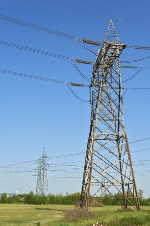 an electricity pylon in a field Imagens - 27671593