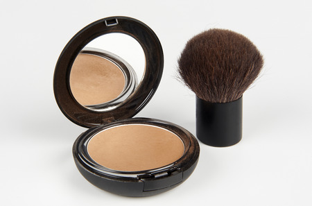un make up a terra e un pennello