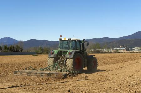 arando: Castegnato (Bs), Franciacorta, Italia, el arado de un campo de trigo