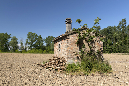 cor: Gualtieri (Re), Italy, a small rural construction in a corn field