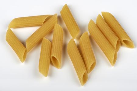 Un poco de macarrones de trigo kamut sobre fondo blanco Foto de archivo - 69131060