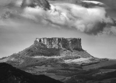 Castelnovo (Re), Italy, the Rock of Bismantova Foto de archivo - 101190466