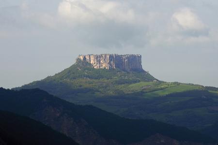 Castelnovo (Re), Italy, the Rock of Bismantova Foto de archivo - 101145571
