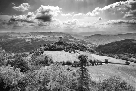 Rossena (Re), italy, a view of the mountains of Apennines with the Rossenella Tower Foto de archivo - 101300824