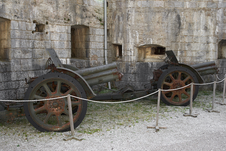 Lavarone (Tn),Italy, Austro Hungarian cannons from the First World War at the Fort Belvedere Gschwent Foto de archivo - 112600225