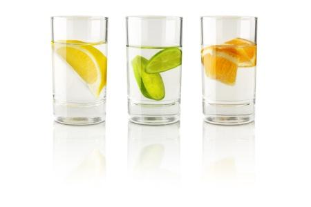 material de vidrio: frutas en un vaso de agua