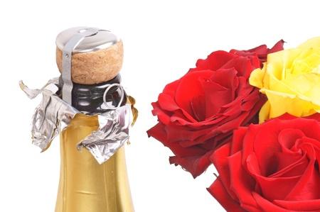 botella champagne: Rosas y una botella de champ�n Foto de archivo