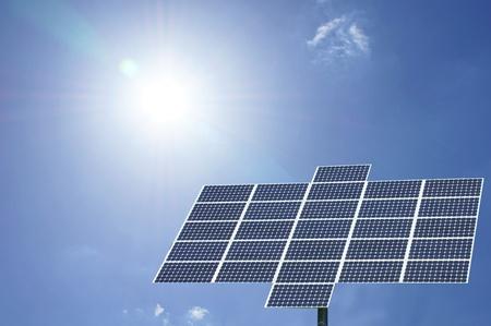 energia renovable: el panel solar con el sol y cielo azul Foto de archivo