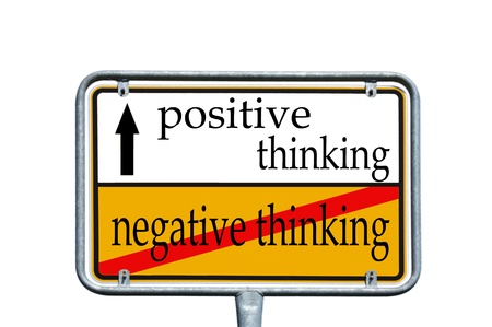 optimismo: letrero con el pensamiento las palabras positivas y pensamientos negativos