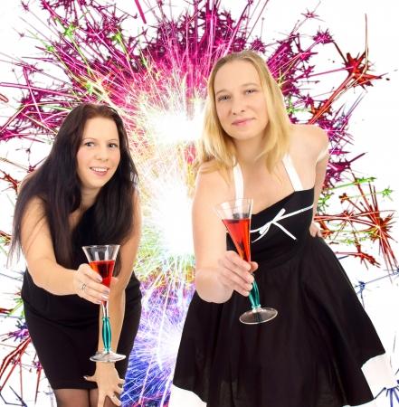 jahreswechsel: due donne graziose con bicchiere di champagne