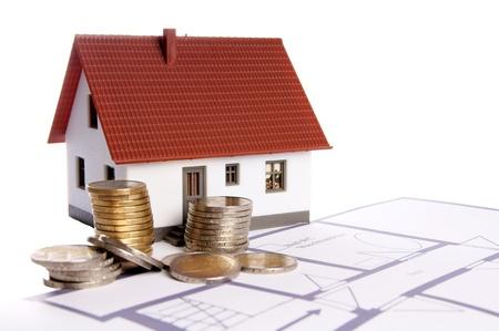 klein huis met een plattegrond en eurogeld