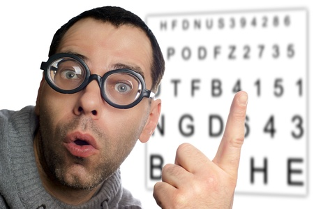 diopter: Hombre con gafas en el examen de la vista