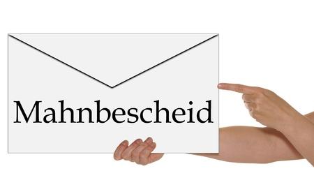 mandato judicial: Mano que sostiene un sobre con la palabra alemana orden judicial