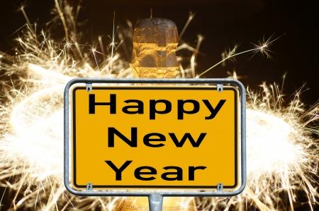 jahreswechsel: bottiglia di champagne e il segno con le parole Happy New Year