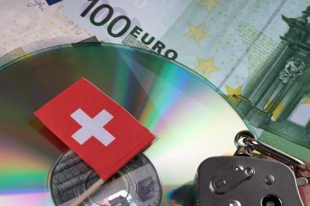 tratados: Notas euro con la bandera suiza y CD