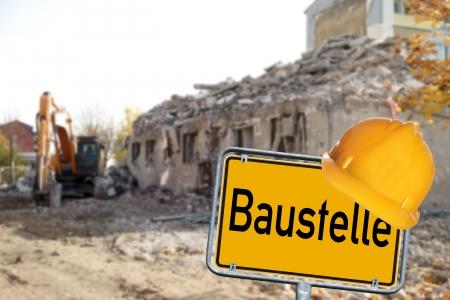 demografia: Demolición de Casas con el escudo y el sitio de construcción de la palabra alemana Foto de archivo