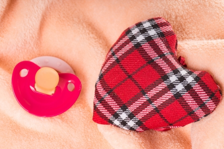 teats: Heart of checkered fabric with pacifier