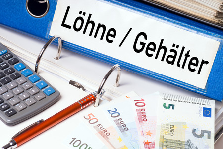 Carpeta de fichero con las palabras alemanas sueldos y salarios