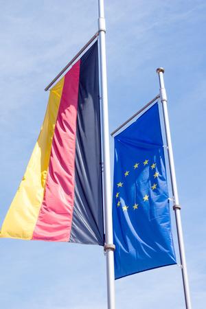 deutschland fahne: Deutschland-Flagge mit Flagge von Europa und blauer Himmel