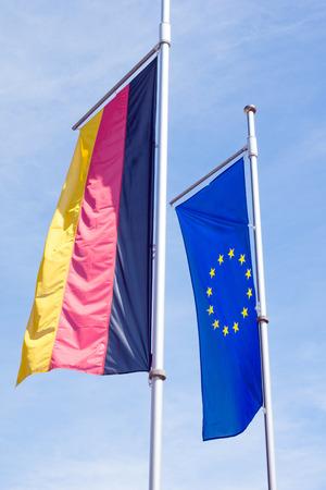 germany flag: Germania bandiera con bandiera d'Europa e cielo blu