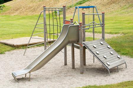 climbing frame: Parco giochi con una struttura scivolo e arrampicata