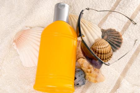 radiacion solar: Crema de protecci�n solar con conchas y gafas de sol