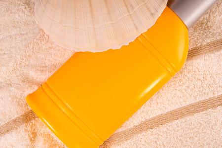 radiacion solar: Crema de protecci�n solar con la c�scara en una toalla
