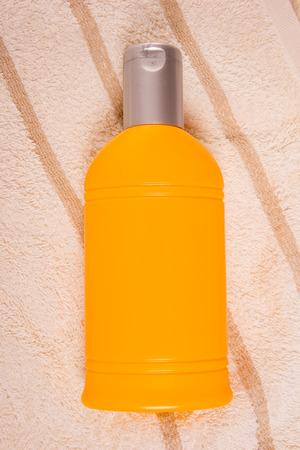 radiacion solar: Crema de protecci�n solar en una toalla