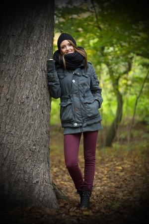 autumn forest: bella donna nella foresta di autunno Archivio Fotografico