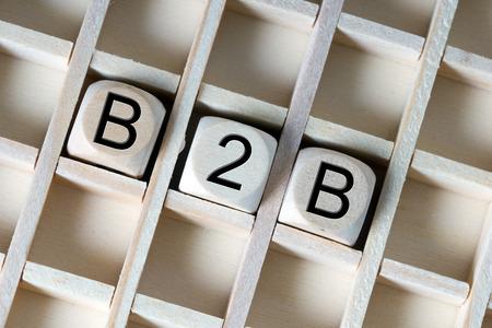 b2b: Dados de madera con la abreviatura B2B Foto de archivo