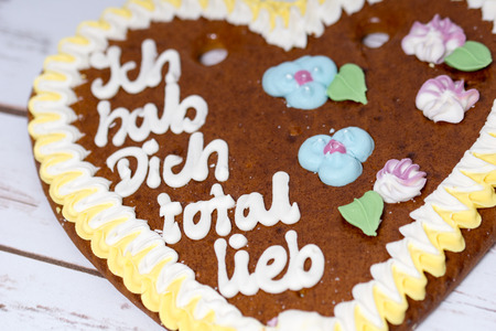 gingerbread heart: Gingerbread heart with the german words I love you totally sweet