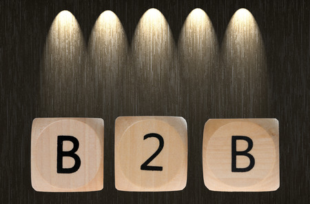 b2b: dados de madera con la abreviatura B2B