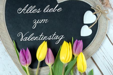 all love: Pannello in legno a forma di cuore con le parole tedesche tutti d'amore per San Valentino Archivio Fotografico