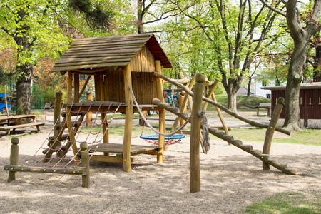 juguetes de madera: Zona de juegos con juguetes de madera