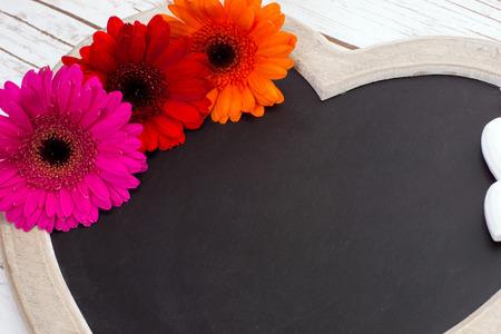 silhouette coeur: Panneau en bois en forme de c?ur avec gerberas Banque d'images