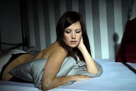 femmes nues sexy: femme sexy en sous-vêtements au lit