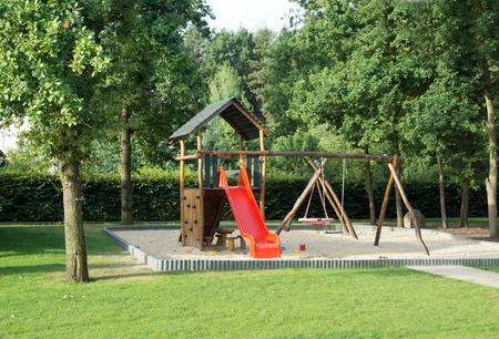 Klettergerüst English : Große spielplatz mit sandkasten und klettergerüst lizenzfreie