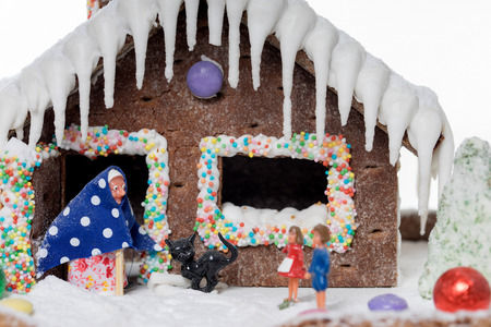 Gingerbread house with the fairy tale of Hansel and Gretel Standard-Bild