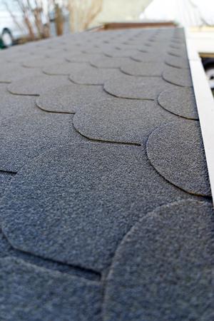 tejas: las tejas del techo en un techo Foto de archivo