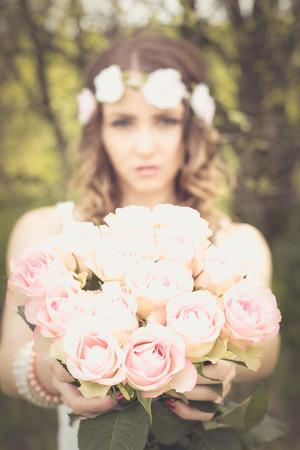 mujer con rosas: Mujer bonita con un ramo de rosas
