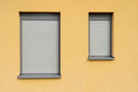 Fenêtre avec volet roulant fermé