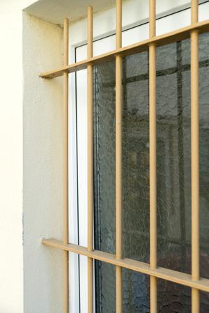 rejas de hierro: Ventana protegida por barrotes de hierro