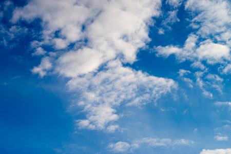 Grote wolken en een blauwe lucht Stockfoto - 58807345