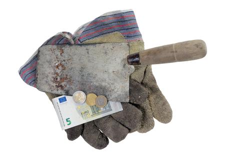 remuneraciones: Paleta de ladrillo con guantes de trabajo de ocho del euro cincuenta aislado sobre un fondo blanco