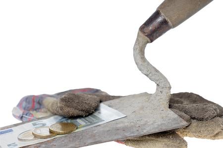 ganancias: Paleta de ladrillo con guantes de trabajo de ocho del euro cincuenta Foto de archivo