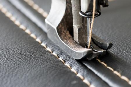 cucire pelle con una macchina da cucire Archivio Fotografico